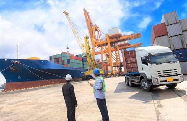 barcos en el puerto de importación en Colombia
