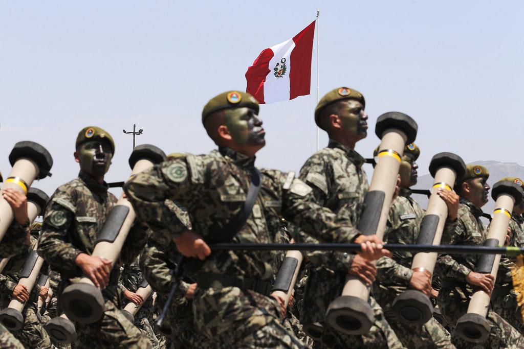 soldados del ejército en un desfile en Perú
