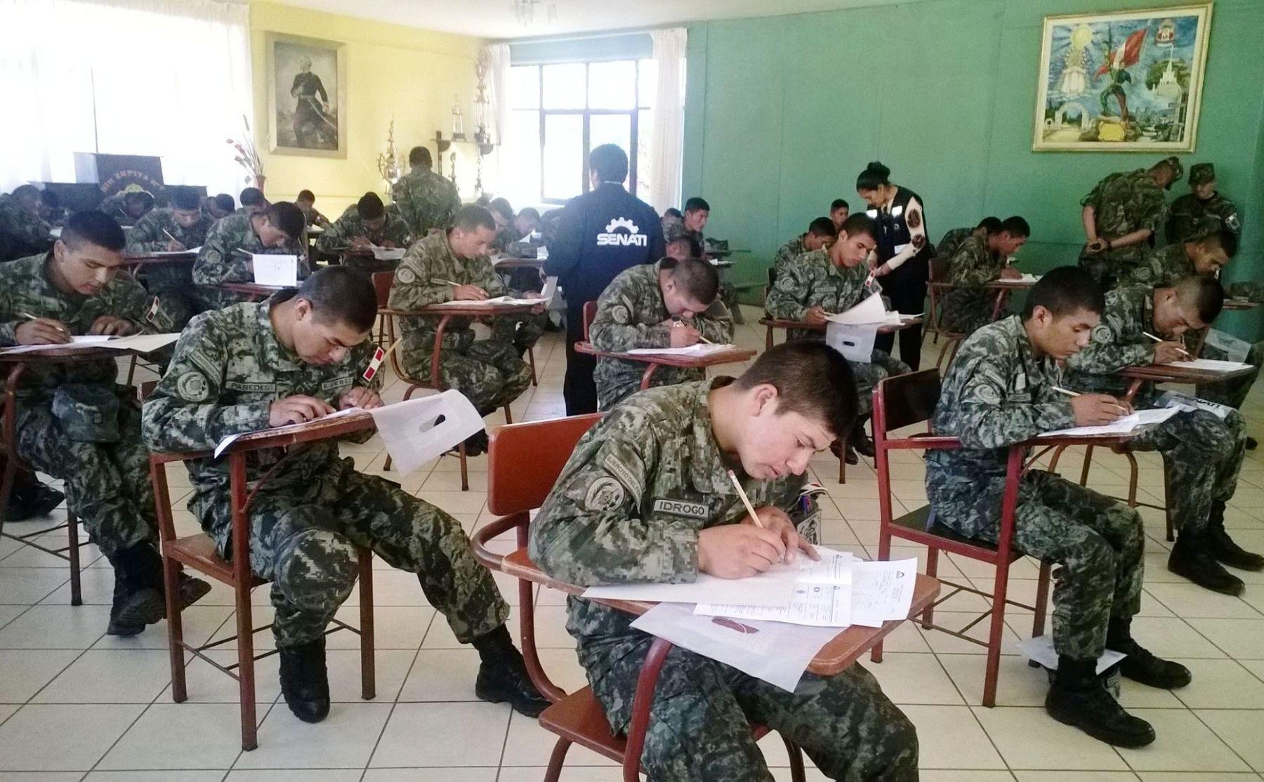soldados haciendo examen para entrar en el ejercito peruano